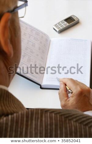 ストックフォト: シニア · ビジネスマン · 読む · カレンダー · 紙 · 男性
