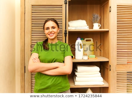 若い女性 · シャツ · 洗濯物かご · 白 · 女性 · バスケット - ストックフォト © wavebreak_media