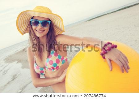 Mooie jonge vrouw strandbal glimlachende vrouw zonnebril Stockfoto © stockyimages