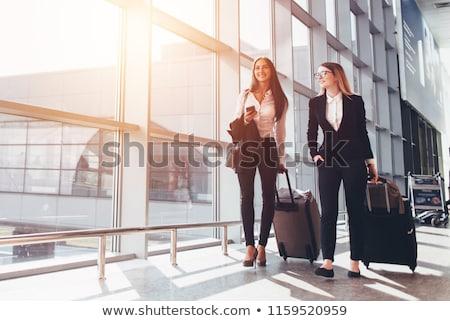 mosolyog · üzletasszony · utazás · bőrönd · beszél · lány - stock fotó © feelphotoart