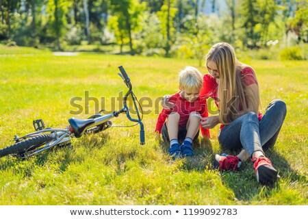 Menino bicicleta mãe gesso joelho Foto stock © galitskaya