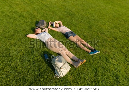 Górę widoku dwa młodych dziewcząt studentów Zdjęcia stock © deandrobot