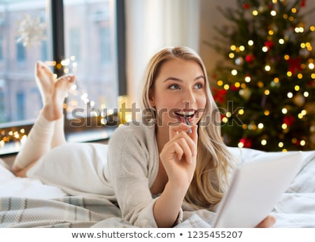 gelukkig · vrouw · notebook · bed · christmas · vakantie - stockfoto © dolgachov