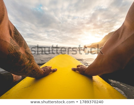 Szörfösök vár három hullám tenger óceán Stock fotó © HerrBullermann
