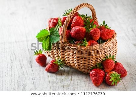 Colorido fresas cesta frescos rocío hojas Foto stock © bendicks