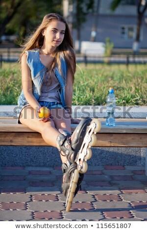 Stok fotoğraf: Kadın · paten · oturma · merdiven · tshirt