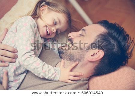 papá · pequeño · hija · playa · jugando · trabajo - foto stock © deandrobot
