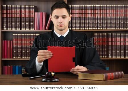 Adwokat sędzia czytania dokumentów biurko sala sądowa Zdjęcia stock © snowing