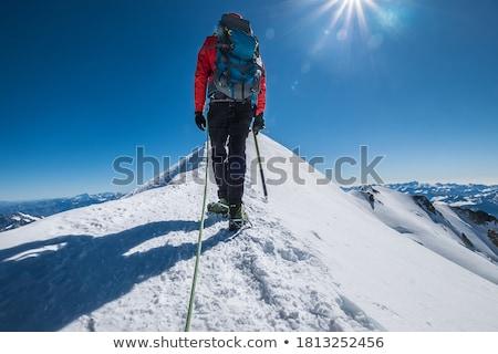 Sneeuw wandelaar omhoog steil helling man Stockfoto © THP
