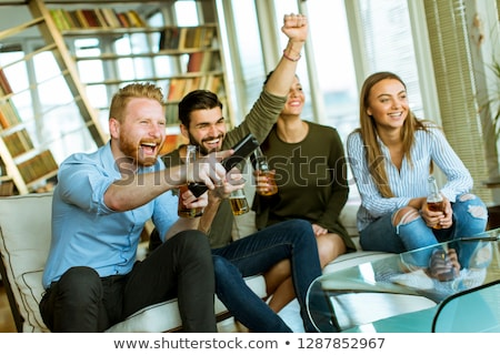 Foto stock: Grupo · jóvenes · amigos · mirando · tv · potable