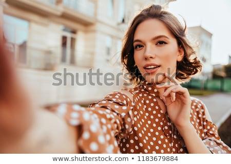 meisje · zelfportret · mobiele · telefoon · kijken · iets - stockfoto © deandrobot