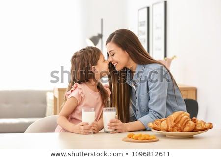 boldog · anya · lánygyermek · eszik · reggeli · emberek - stock fotó © dolgachov
