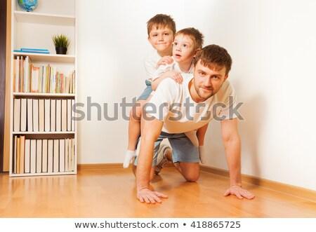 Vader jonge zoon Maakt een reservekopie beide Stockfoto © d13