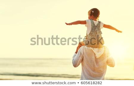 due · uomini · mare · bambini · spalle · tramonto · spiaggia - foto d'archivio © Paha_L