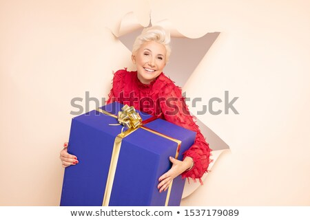 Nő tart ajándék kép fiatal nő mosoly Stock fotó © Ronen