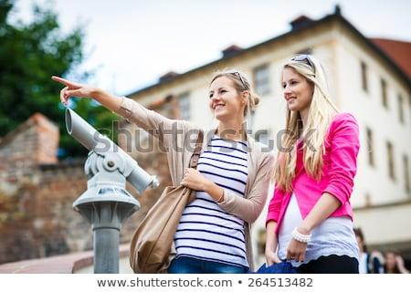 Kettő csinos fiatal nők városnézés Prága történelmi Stock fotó © lightpoet