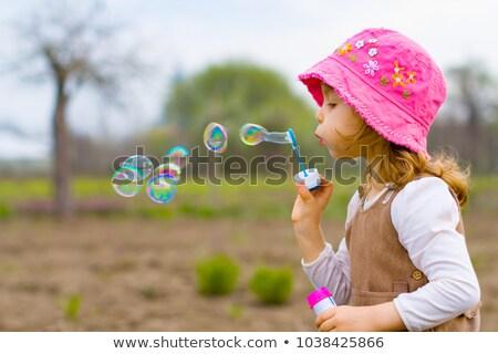 Fille heureuse jouer bulles de savon parc enfance loisirs Photo stock © dolgachov