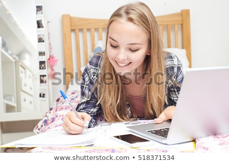 studentessa · compiti · per · casa · pen · iscritto · giù · notebook - foto d'archivio © juniart