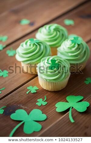 Zöld minitorták shamrock díszítések asztal Szent Patrik napja Stock fotó © dolgachov