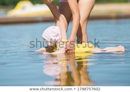 Moeder opleiding baby zomer dag familie Stockfoto © Lopolo