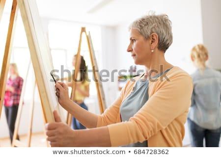Senior vrouw tekening schildersezel kunst school Stockfoto © dolgachov