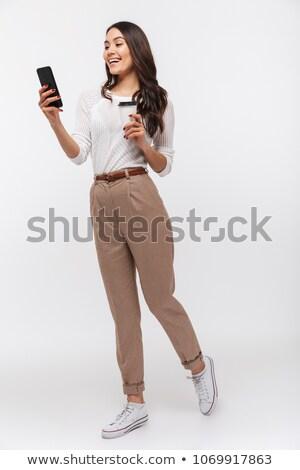 Stock fotó: Fiatal · üzletasszony · mobiltelefon · kávé · áll · irodaház