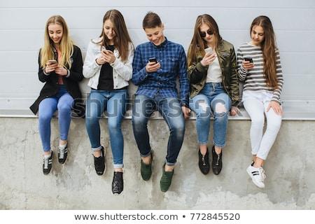 Adolescentes teléfono grupo ninas móviles Foto stock © ambro
