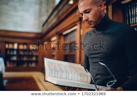 Leitura enciclopédia estudante secretária isolado branco Foto stock © RTimages