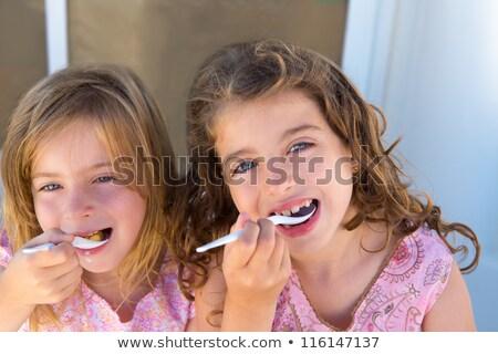 Olhos azuis crianças irmã menina alimentação café da manhã Foto stock © lunamarina