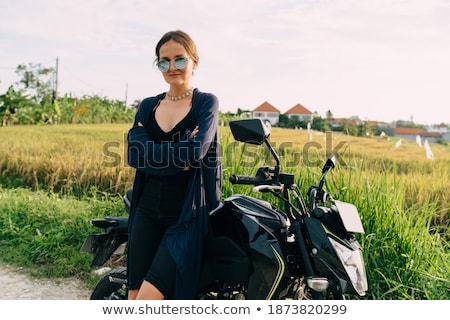 mulher · jovem · caminhada · deserto · belo · sorrir · paisagem - foto stock © is2