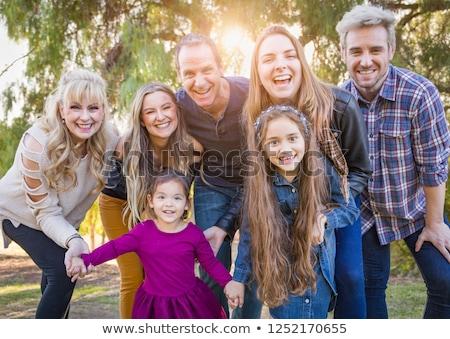 Foto stock: Retrato · de · família · ao · ar · livre · feliz · grupo · retrato