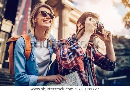 Gelukkig paar toeristen stad begeleiden kaart Stockfoto © dolgachov
