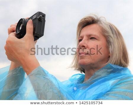 Bastante femenino amateur fotógrafo toma fotos Foto stock © lightpoet