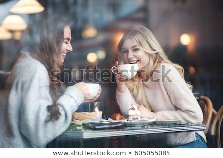 ストックフォト: 女性 · 友達 · 見える · ケーキ · カフェ · 渇望