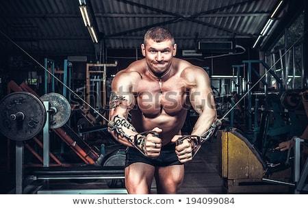 sin · camisa · hombre · pesas · gimnasio · jóvenes - foto stock © stokkete