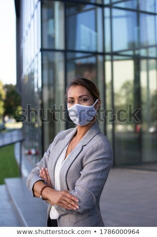 Pessoas de negócios prédio comercial pasta falante Foto stock © Kzenon