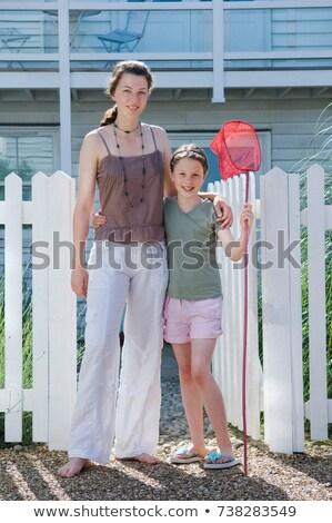 Hermanas plantean fuera casa de playa casa nina Foto stock © IS2