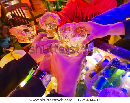 bu · homme · verre · alcool · table · nuit - photo stock © dolgachov