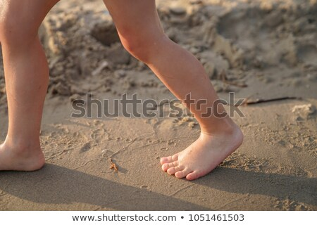 Szczęśliwy młody chłopak piękna plaża piaszczysta uśmiechnięty dzieci Zdjęcia stock © meinzahn