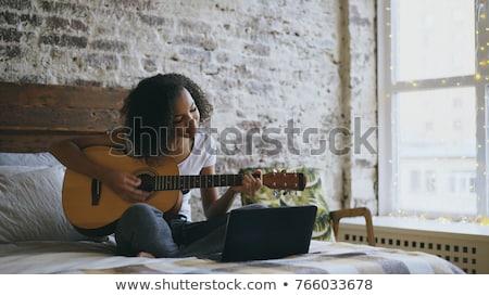 jonge · vrouw · sofa · gadgets · charmant · etnische · vrouw - stockfoto © dash