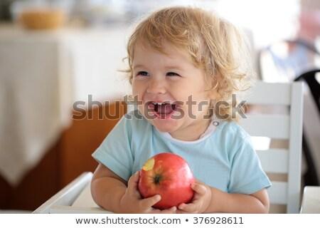 Baby vergadering eten appel jonge geïsoleerd Stockfoto © gewoldi