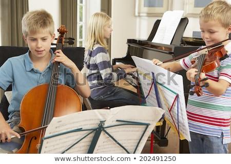 giovani · uomini · strumenti · musicali · sorriso · chitarra · home · amici - foto d'archivio © photography33