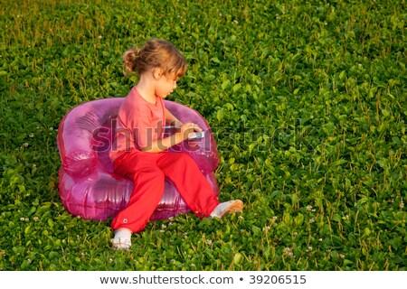 młodych · piśmie · dziewczyna · nadmuchiwane · fotel · trawy - zdjęcia stock © Paha_L
