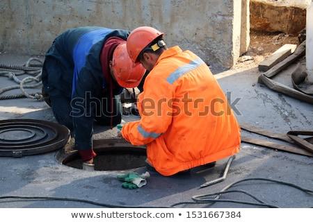 égout travailleur couvrir route travaux Photo stock © smuki