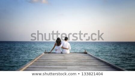 Para miłości posiedzenia morza Zdjęcia stock © deandrobot