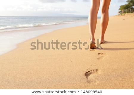 Nő sétál tengerparti homok fejhallgató ugrik tenger Stock fotó © master1305