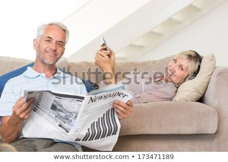 maduro · Pareja · sesión · lectura · periódico · sofá - foto stock © photography33