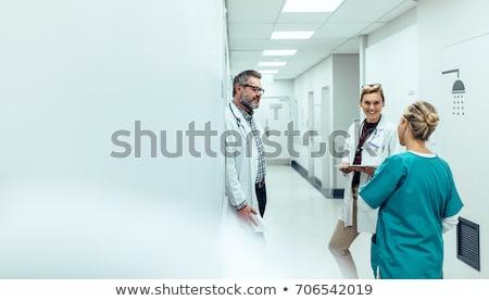 Stok fotoğraf: Doktor · ayakta · hastane · koridor · mutlu · takım