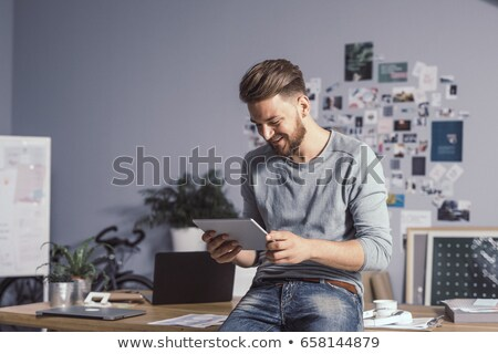 joven · lectura · ebook · árbol · ordenador · Internet - foto stock © feedough