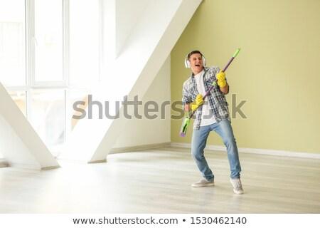 Man hoofdtelefoon schoonmaken vloer home mensen Stockfoto © dolgachov